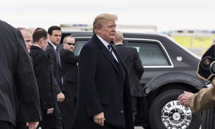 El presidente Donald Trump llega al Aeropuerto de Greenbrier Valley en Lewisburg para la Conferencia Anual Republicana de la Cámara de Representantes y el Senado de 2018, en White Sulphur Springs, Virginia Occidental, el 1 de febrero de 2018. (Samira Bouaou/La Gran Época)