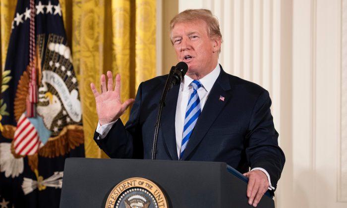 El presidente Donald Trump en la Sala Este de la Casa Blanca durante la ceremonia de entrega de medallas al valor de Seguridad Pública en Washington, el 20 de febrero de 2018. (Samira Bouaou / La Gran Época)