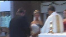 Los pantalones del padrino se caen durante la boda, pero la reacción del novio llama la atención