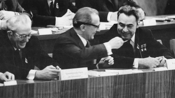 Yuri Andropov (izq), ex secretario general de la Unión Soviética, se sienta junto a otros líderes comunistas en Berlin el 17 de abril de 1967. Se afirma que Andropov impulsó la creación de redes de pedofilia en occidente para usarlos como arma de chantaje. (Archivos Alemanes Federales)