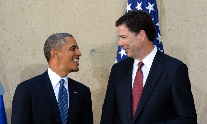 Barack Obama habla con el director del FBI James Comey, 28 de octubre de 2013. (JEWEL SAMAD/AFP/Getty Images)