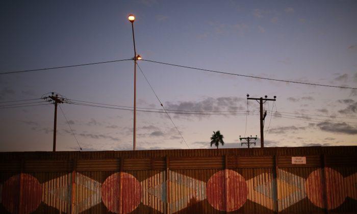 El muro fronterizo de EE. UU. en Calexico-México, California, 19 de noviembre de 2014. Aduanas y Protección de Frontera anunció la construcción del nuevo muro a partir del 21 de febrero de 2018 para reemplazar la cerca vieja con un nuevo muro de estilo bolardo de 3.6 kilómetros. (Crédito de Sandy Huffaker / Getty Images)