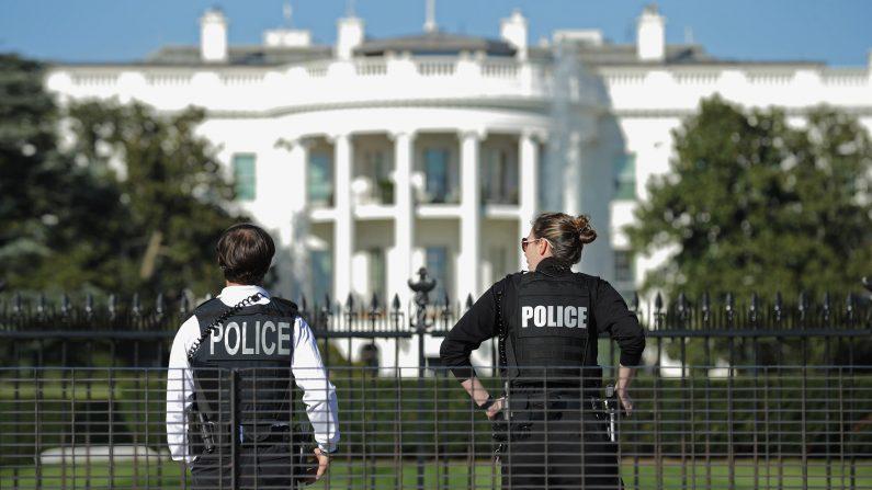 La Tercera  Cuenta verificada   @latercera  12 min. Hace 12 minutos. Cierran las instalaciones de Casa Blanca luego que auto se estrellara contra barra de seguridad.  (Foto: Chip Somodevilla/Getty Images)
