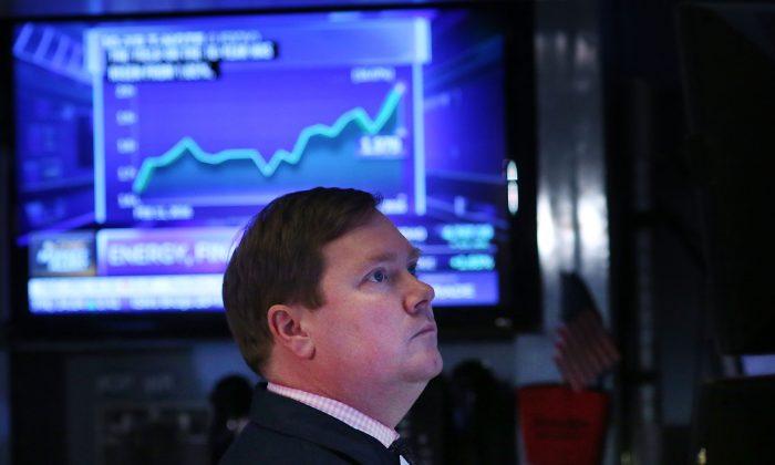 Un operador trabajando en la Bolsa de Valores de Nueva York (NYSE) el 11 de marzo de 2016 en la ciudad de Nueva York. (Spencer Platt/Getty Images)