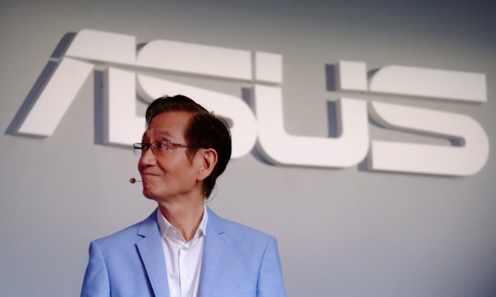 Jonney Shih, jefe de AsusTek Computer de Taiwán, durante una conferencia de prensa en Taipei el 30 de mayo de 2016. Asus anunció que retira completamente sus servicios de datos en la nube del mercado chino para evitar tener que cumplir con su intrusa ley de ciberseguridad. (Sam Yeh/AFP/Getty Images)