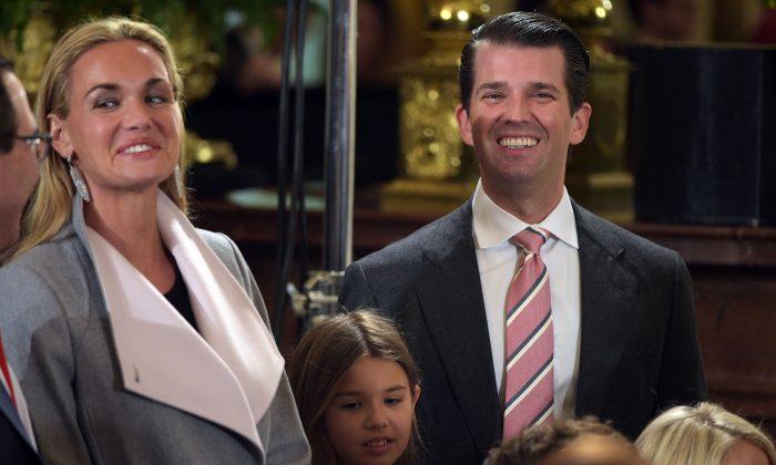 Donald Trump, Jr., (der) y su esposa Vanessa (izq) en la jura del staff de la Casa Blanca el 22 de enero de 2017. (Mandel Ngan/AFP/Getty Images)
