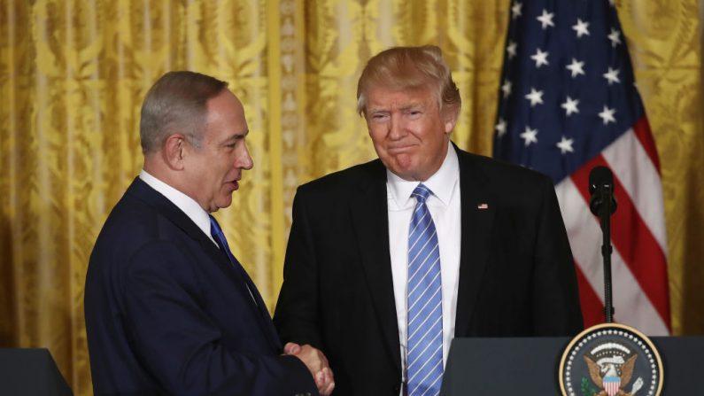 El presidente de Estados Unidos, Donald Trump (Der.) y el primer ministro de Israel, Benjamin Netanyahu (Iz.) se dan la mano durante una conferencia de prensa conjunta en el Salón Este de la Casa Blanca, el 15 de febrero de 2017, en Washington, DC. (Crédito de Win McNamee / Getty Images)