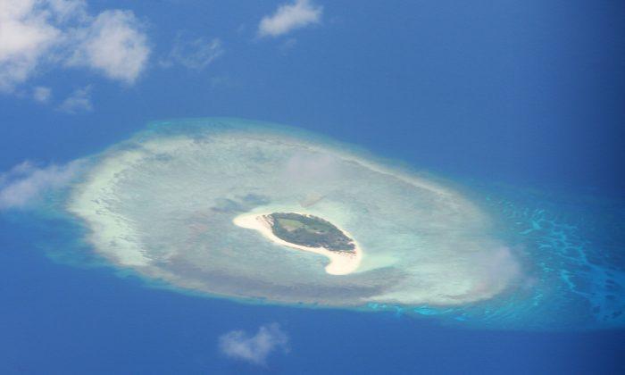 Vista aérea de un arrecife en las islas disputadas de Spratly, el 21 de abril de 2017. (Ted Aljibe/AFP/Getty Images)