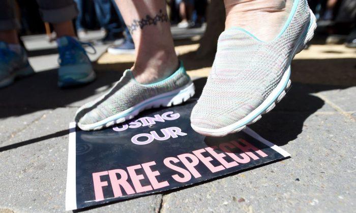 Una mujer pisa una pancarta de libertad de expresión después de que el comentarista conservador Milo Yiannopoulos habló con una multitud de seguidores en el campus de la Universidad de California, Berkeley, el 24 de septiembre de 2017. (Crédito de JOSH EDELSON / AFP / Getty Images)