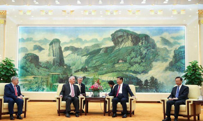 El Secretario de Estado de EE. UU. Rex Tillerson (izquierda) reunido con el líder chino Xi Jinping en el Gran Salón del Pueblo en Beijing, China el 30 de septiembre de 2017. (Lintao Zhang/Pool/Getty Images)