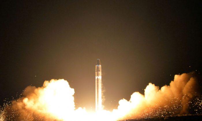 Esta foto, tomada el 29 de noviembre de 2017 y publicada el 30 de noviembre de 2017 por la Agencia Central de Noticias Coreana (KCNA), muestra el lanzamiento del misil Hwasong-15 que puede llegar a todas partes de Estados Unidos. (KCNA VIA KNS / AFP / Getty Images)