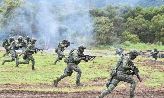 Soldados preparan un ataque durante un simulacro anual en la base militar de la ciudad oriental de Hualien-Taiwán, el 30 de enero de 2018. (Mandy Cheng/AFP/Getty Images)
