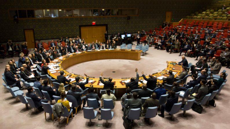 Los miembros del Consejo de Seguridad votan durante una reunión del Consejo de Seguridad de Naciones Unidas sobre un alto el fuego en Siria, el 24 de febrero de 2018 en Nueva York. (Crédito de DON EMMERT / AFP / Getty Images)