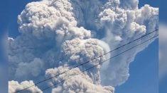Fuerte erupción de un volcán en Indonesia