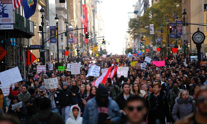 Protesta contra el presidente electo Donald Trump organizada por ciudadanos rusos en Union Square, Nueva York, el 12 de noviembre de 2016. Los ciudadanos rusos detrás de la protesta fueron mostrados por el Consejo Especial de Robert Mueller el 16 de febrero. (KENA BETANCUR / AFP / Getty Images)