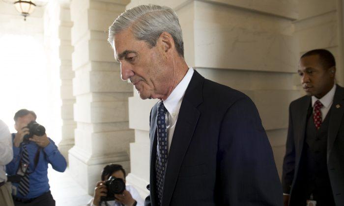 El ex director del FBI Robert Mueller, consejero especial de la investigación rusa, se retira tras una reunión con miembros del Comité Judicial del Senado de Estados Unidos el 21 de junio de 2017. (SAUL LOEB/AFP/Getty Images)
