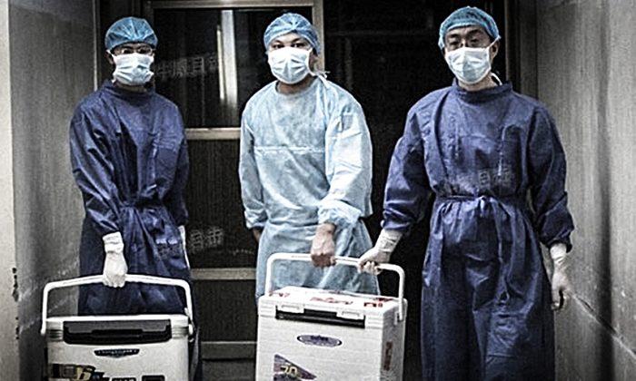 Médicos transportan órganos para una cirugía de trasplante en un hospital de la provincia de Henan el 16 de agosto de 2012. (Captura de pantalla/Sohu.com)