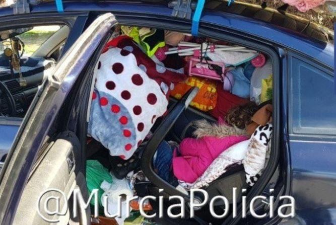 Policía de Murcia detiene un coche por exceso de equipaje y descubre una niña bajo la carga: