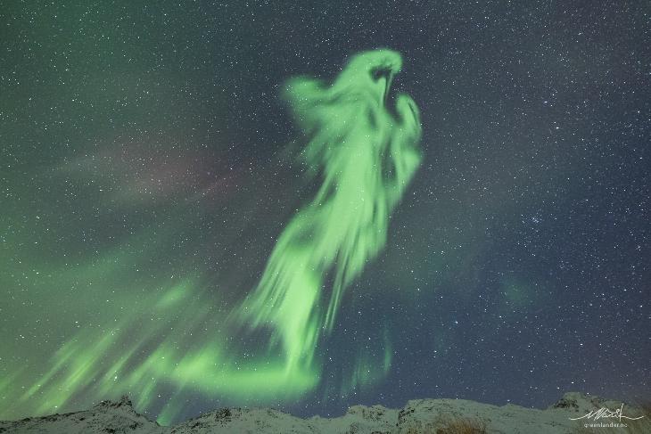 Extraña aurora en forma de espíritu orando surgió en los cielos de Noruega