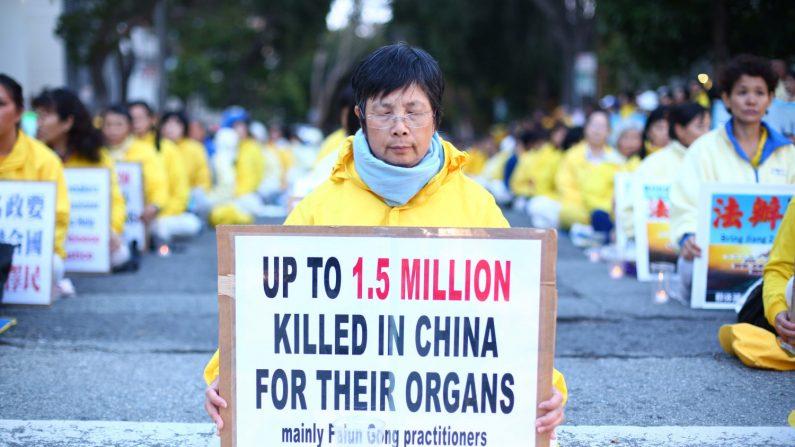 Más de 1500 practicantes de Falun Gong de más de 30 países llevan a cabo una vigilia con velas frente al consulado chino de San Francisco por aquellos que han muerto durante la persecución en China. (Benjamin Chasteen/La Gran Época)