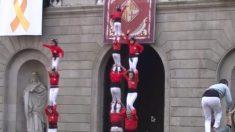 Video muestra la caída de una niña que formaba parte de una torre humana en España
