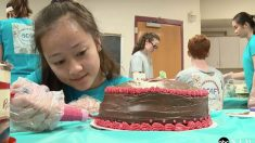 ¡Estos adolescentes hornean más de 100 pasteles de cumpleaños cada mes… para personas desconocidas!