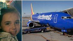 Tripulante se acerca a niña en pleno vuelo; mamá lo observa y escribe sobre ello cuando aterrizan