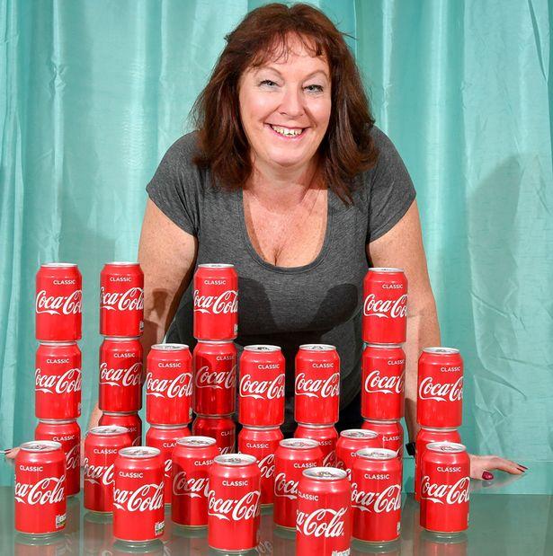 Las consecuencias que vivió una mujer tras beber 30 latas de Coca-Cola al día por 20 años