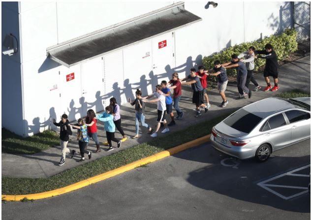Jóvenes de de Marjory Stoneman Douglas High School después de un tiroteo en la escuela que dejó 17 personas muertas el 14 de febrero de 2018 en Parkland, Florida. (Foto por Joe Raedle / Getty Images)
