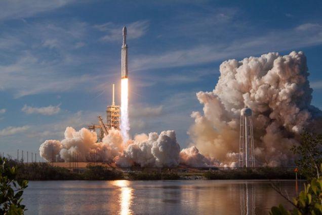 Elon Musk lanzó otra carga secreta a bordo del cohete Falcon Heavy, y es increíble