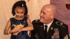 Soldado responde a pedido de ayuda de una madre. Pero cuando llega, derrite su corazón