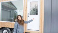 Mujer que vive en Alaska abre la puerta de su casa de 7,3m, pero cuando ves el interior, ¡Increíble!