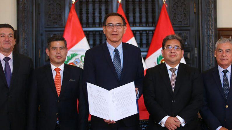 Presidente Martín Vizcarra el 27 de marzo durante la promulgación de la Ley de Fortalecimiento y Modernización de la Contraloría General de la República en el Palacio de Gobierno. (Presidencia de Perú)