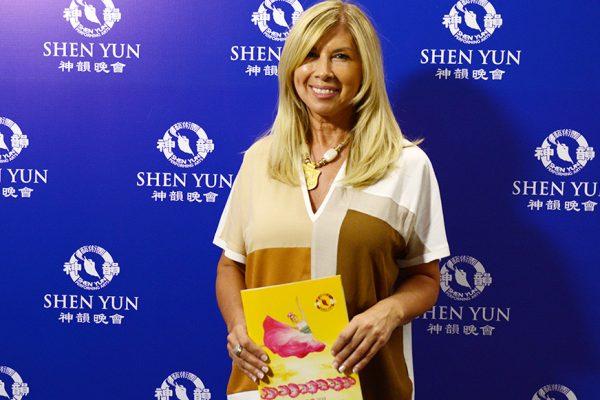 Diseñadora de alta costura queda impactada con los colores de Shen Yun y su contenido espiritual