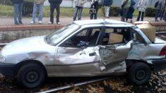 Tren embiste un auto y lo arrastra 40 metros, los rescatistas ven al conductor y no pueden creerlo