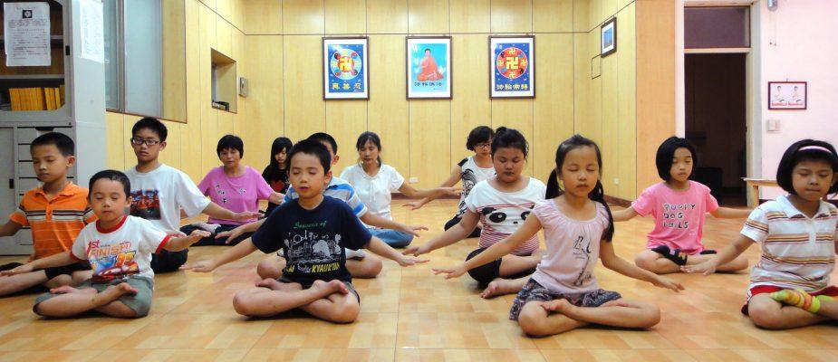 Niños meditando en una escuela Minghui