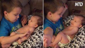 Niño pone a la hermanita en su regazo, después la madre ve lo que está haciendo y toma su cámara
