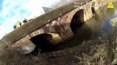 Hombre se estaba ahogando en un río, pero la cámara captura lo que hace un policía
