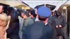 Te sorprenderá cómo la gente en Japón sube a diario a los trenes, y los ayudan para entrar