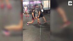 Profesor de gimnasio enseña movimientos raros a novia; cuando baja la mirada, se da cuenta de todo