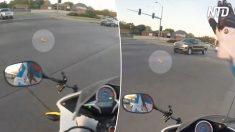 Motociclista ve mancha anaranjada en carretera; cuando se da cuenta que está vivo, entra en acción