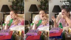 Una mujer de 76 años postrada en cama recibe visita; al ver a su madre de 97 años, llora por ella