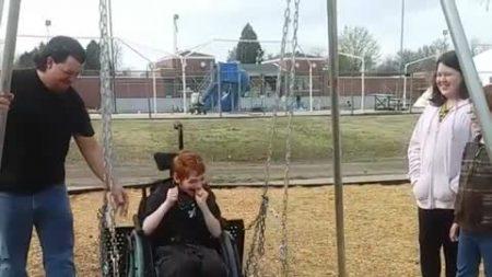 La alegría del niño por el nuevo columpio para sillas de ruedas en el parque calentará tú corazón