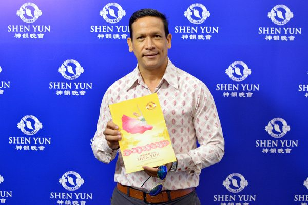 """""""Nunca he visto un show parecido a este"""" opina técnico petrolero sobre Shen Yun"""