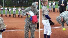 Un soldado saca una pelota con un mensaje durante el juego y la novia se sorprende incluso antes de leerlo