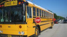 Padre hace correr a su hijo 1,6 km a la escuela por intimidar a los niños en el autobús
