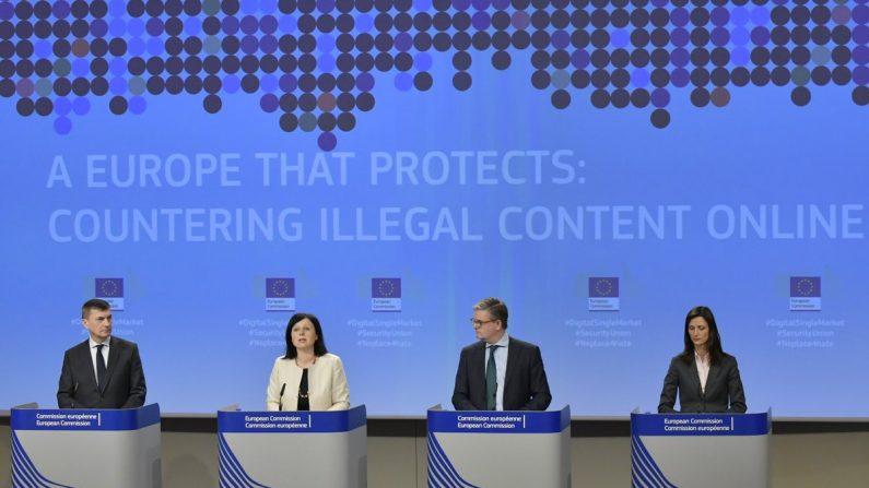 En la foto aparecen la Comisaria europea de Justicia Vera Jourova (2da. de derecha a iz.) y el Comisario europeo de Seguridad, Julian King (3ro. de derecha a iz.). (Crédito de EMMANUEL DUNAND / AFP / Getty Imágenes).
