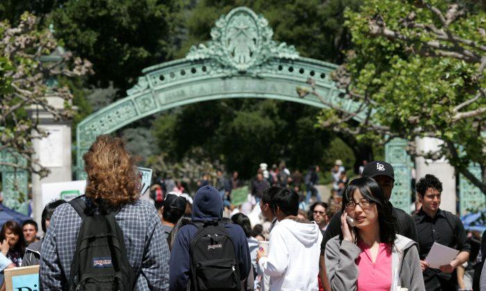 Los estudiantes de UC Berkeley caminan a través de Sather Gate en el campus de UC Berkeley en Berkeley-California el 17 de abril de 2007. (Justin Sullivan / Getty Images)
