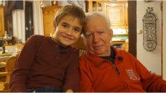 Niño de 4 años enseña a sus papás cómo deben tratar a su abuelo con una lección que nunca olvidarán