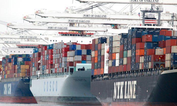 En esta foto, los buques portacontenedores están atracados en el Puerto de Oakland. (Justin Sullivan/Getty Images)
